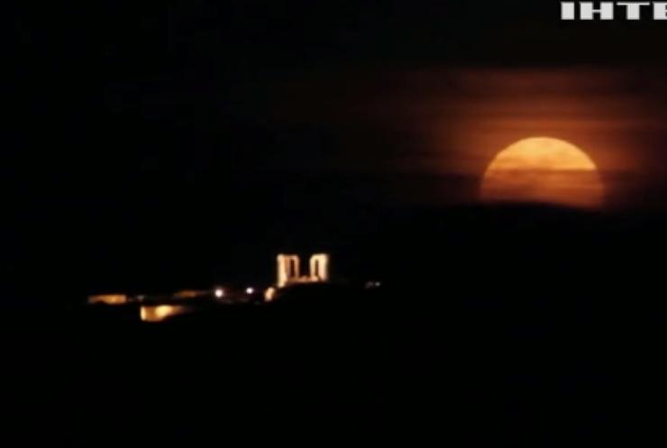 У західній півкулі Землі спостерігали рожевий місяць