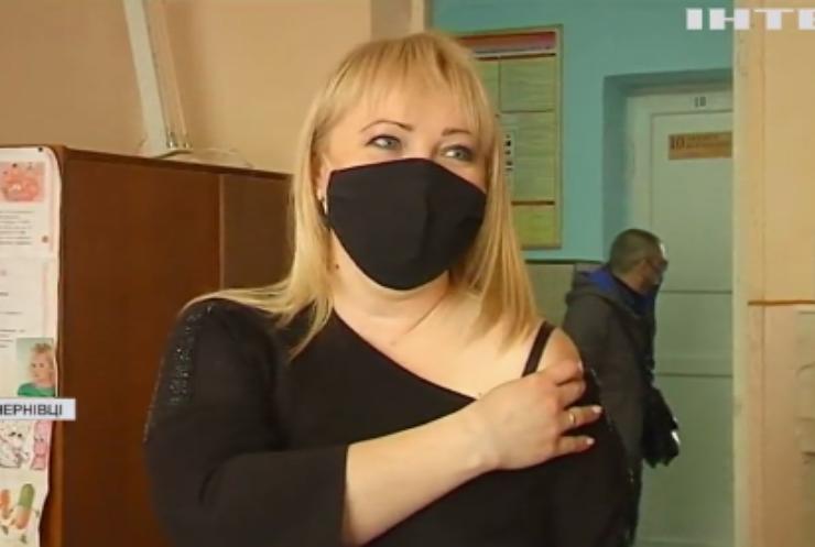 Чернівецьких вчителів почали вакцинувати проти COVID-19