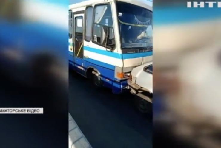 У Дніпрі зіткнулися легковик і два маршрутні автобуси