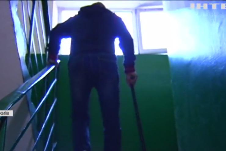 У Києві мешканці багатоповерхівки страждають від зламаного ліфту