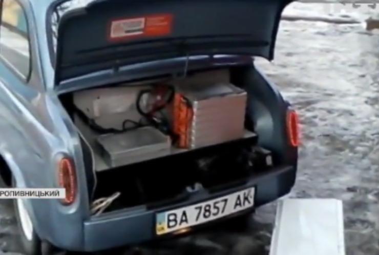 """Втілив мрію у життя: у Кропивницькому авто-механік зробив електро-кар із """"Запорожця"""""""