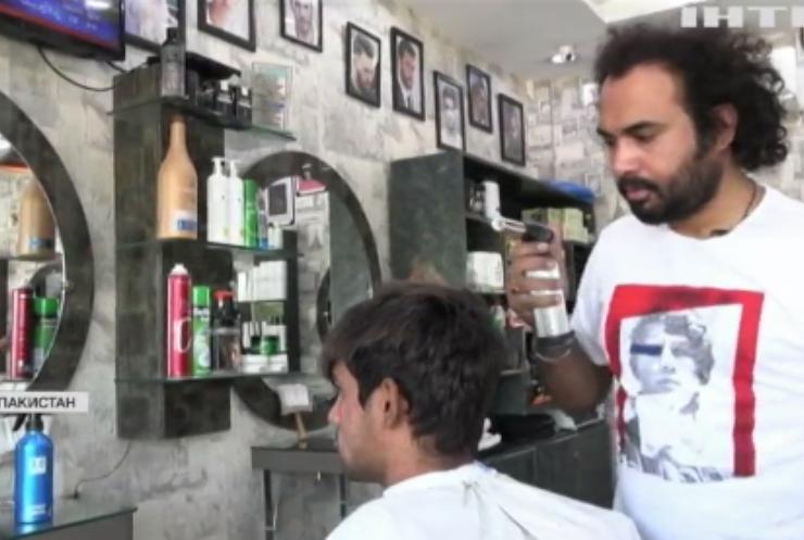 Перукар з Пакистану робить зачіски за допомогою вогню