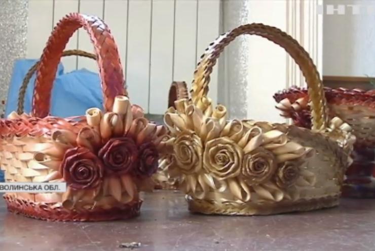 У Новолинську жінка-інвалід робить унікальні пасхальні кошики