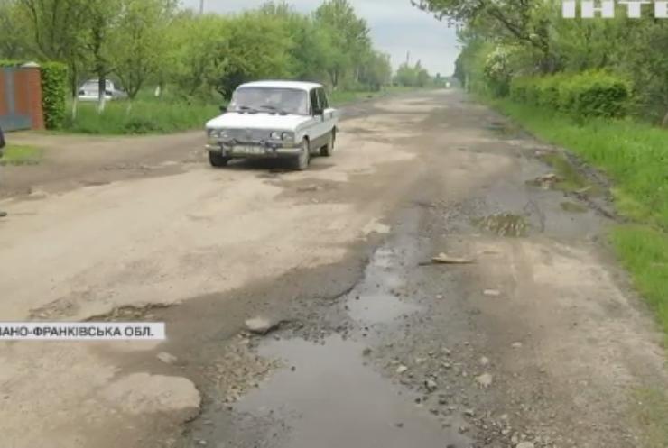 Бунт на Прикарпатті: селяни вимагають відремонтувати дорогу