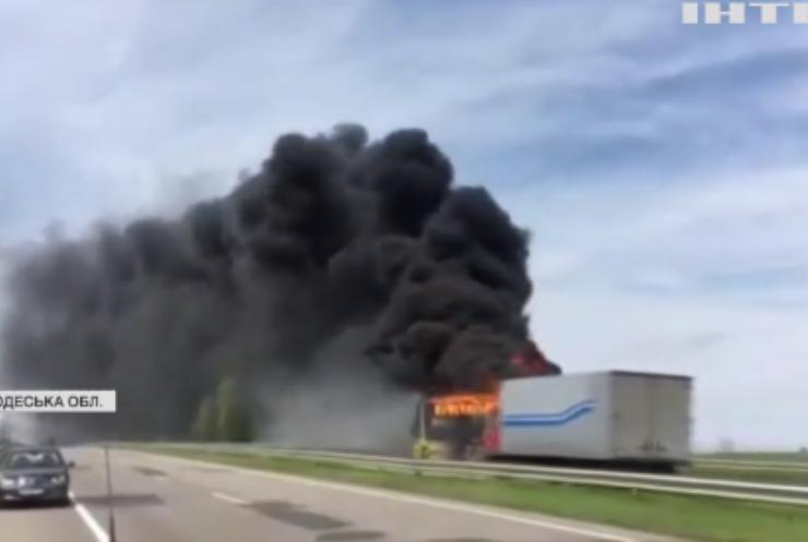 На трасі Київ-Одеса загорівся автобус із пасажирами
