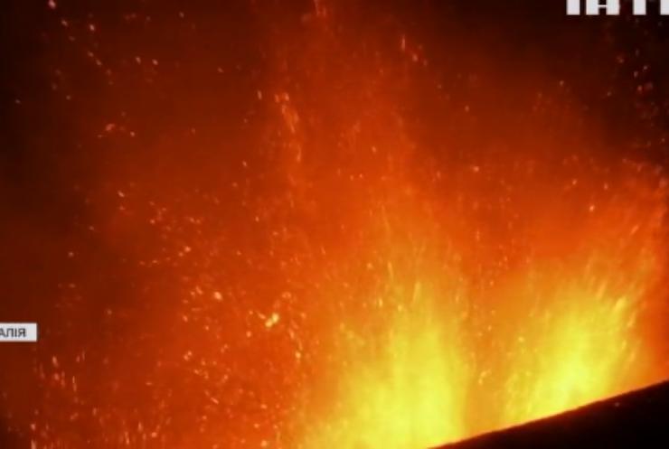 Найвищий вулкан Європи почав виверження
