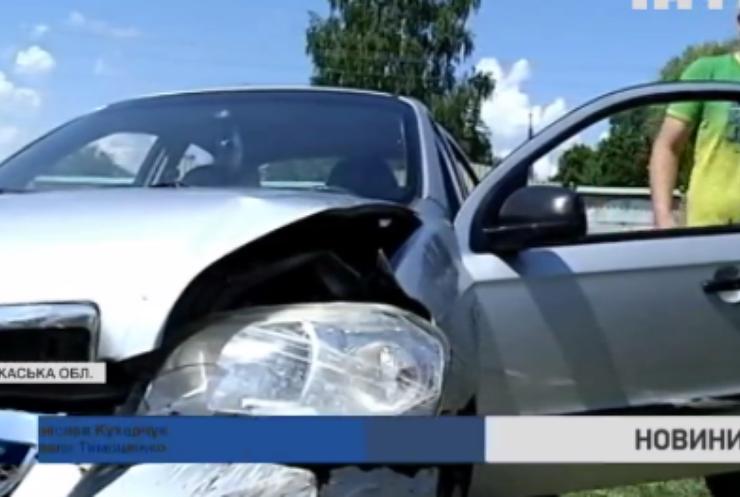На Черкащині автомобіль з пасажирами провалився під асфальт