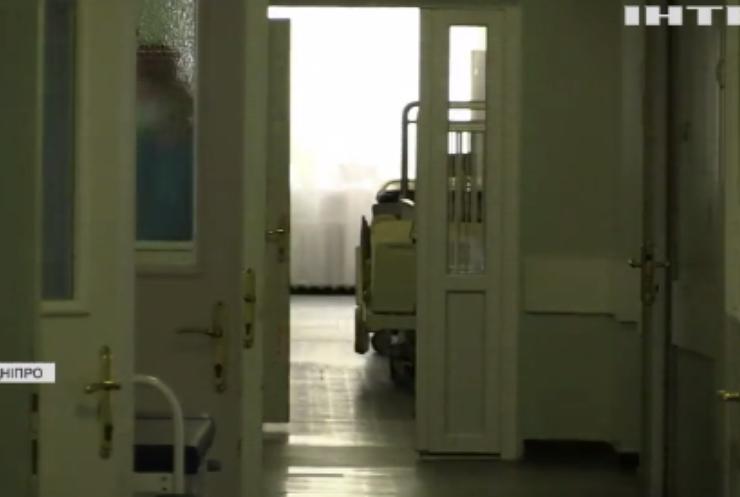 Медики Дніпропетровщини намагаються врятувати життя трирічної дівчинки