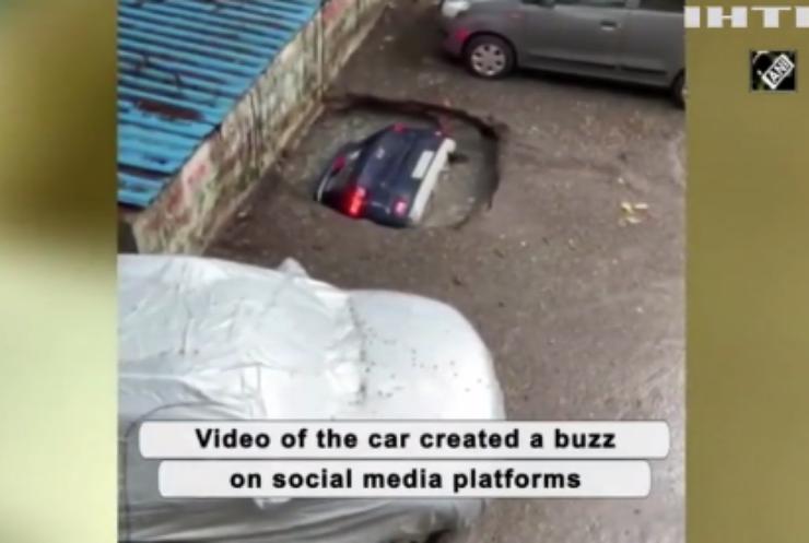 В Індії витягували автівку з-під асфальту