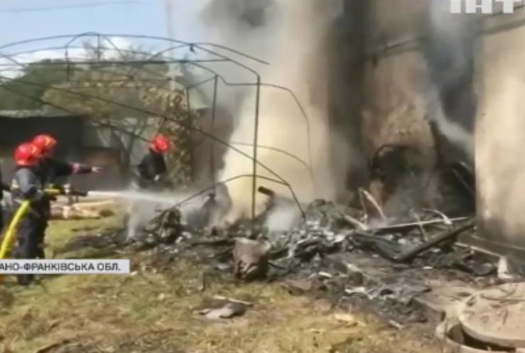 На Прикарпатті спортивний літак впав на приватний будинок: є загиблі