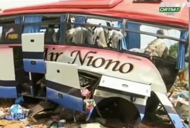 На півдні Малі вантажівка лоб у лоб врізалася у пасажирський автобус