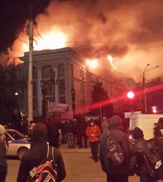 ВИДЕО,ФОТО: В Махачкале пылает здание ФСБ РФ