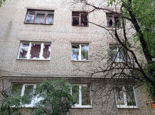 В Славянске снаряды летят в жилые дома и здания школ: люди прячутся (ФОТО, ВИДЕО), фото-3