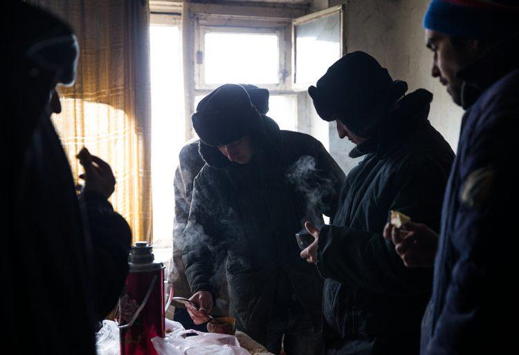 """Стройбат: пленники из батальона """"Донбасс"""" помогают ДНР восстанавливать Иловайск [ФОТО, ВИДЕО] фото"""