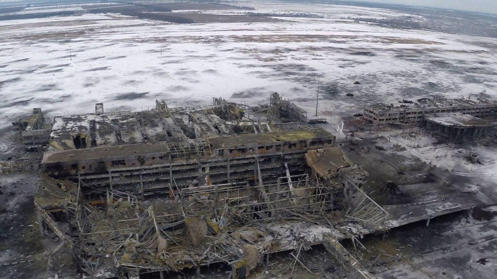 ФОТО: Боевики ДНР подорвали перекрытие в аэропорту Донецк