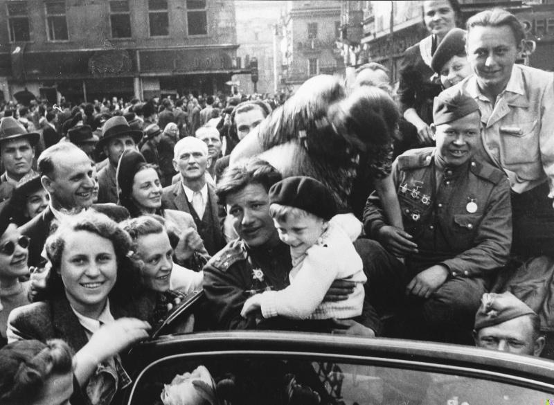 На плакатах к 70-летию освобождения Киева использовали фото 1945 ...