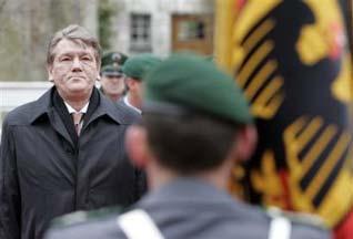 Виктор Ющенко во время визита в Германию 8 марта. Фото АР