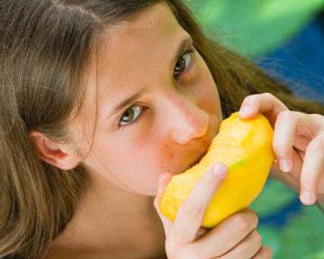 Плод манго средних размеров содержит дневную норму витамина С. Фото gettyimages.com