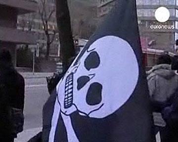 Акция в поддержку создателей The Pirate Bay у здания суда. Кадр Euronews