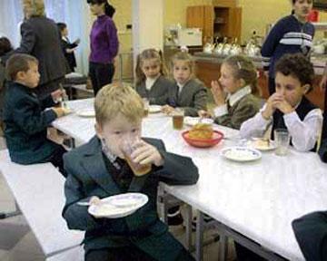 Школьники вновь будут кушать бесплатно