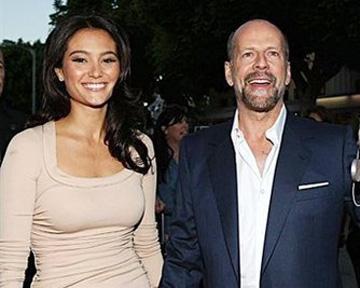 Брюс Уиллис взял в жены 32-летнюю модель Эмму Хеминг. Фото AFP