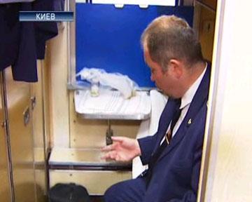 У проводника в купе - камеры, показывающие коридоры и предбанники, электронное табло