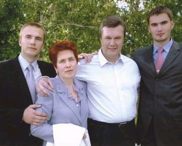 Семья Януковича улетела в неизвестном направлении