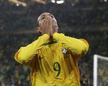 Нападающий сборной Бразилии Луис Фабиано после матча 2-го тура...
