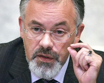 Табачника отхлестали цветами на глазах у европейских министров (обновлено в 11.02)