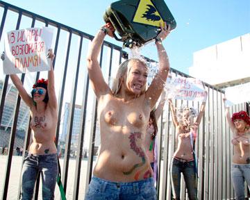 "FEMEN снова показали прелести на НСК ""Олимпийский"""