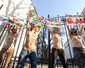 Под окнами у Януковича разделись женщины