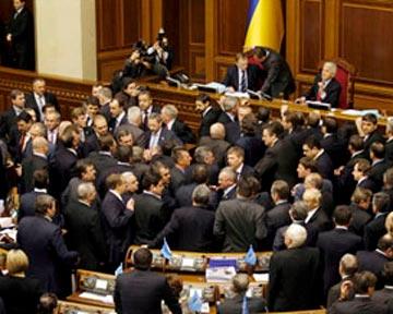 Мартынюку не удалось продолжить заседание из-за возмущения оппозиции