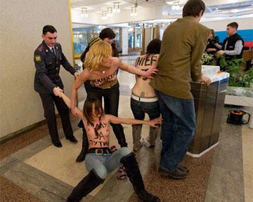 Гологрудую Femen депортировали в Киев из Москвы