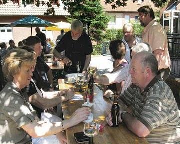Німецький пастор спілкується з парафіянами за кухлем пива фото podrobnosti.ua