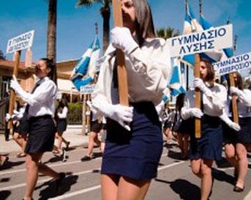 Тысяча школьников штурмует парламент Кипра, требуя смерти Меркель