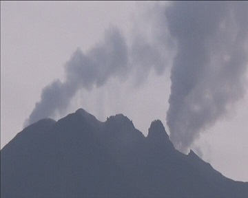 Из-за вулкана на Суматре эвакуированы тысячи жителей (видео)