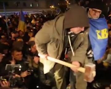 Свободовцы снесли памятник Ленину в Киеве (видео)