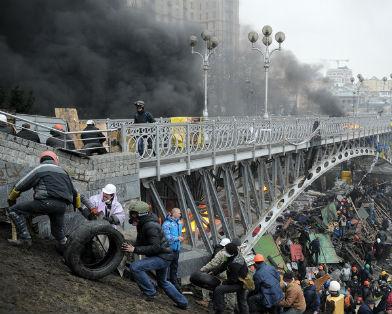 """Протестующие штурмуют отель """"Украина"""". Сообщается о семерых погибших"""