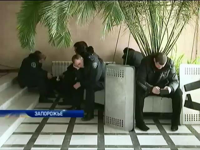Здание запорожского облсовета начал охранять хортицкий полк (видео)