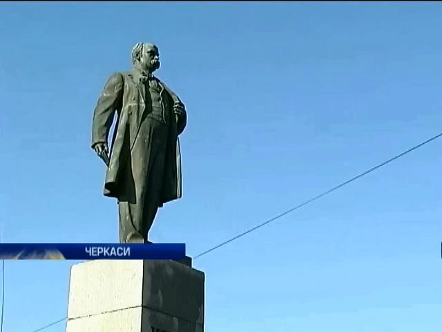 Черкасские активисты отмыли памятник Кобзарю (видео)