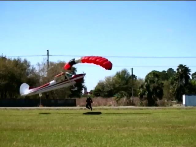 Во Флориде столкнулись парашютист и самолет (видео)