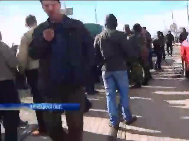 Активисты перекрыли центральную дорогу Мариуполя (видео)