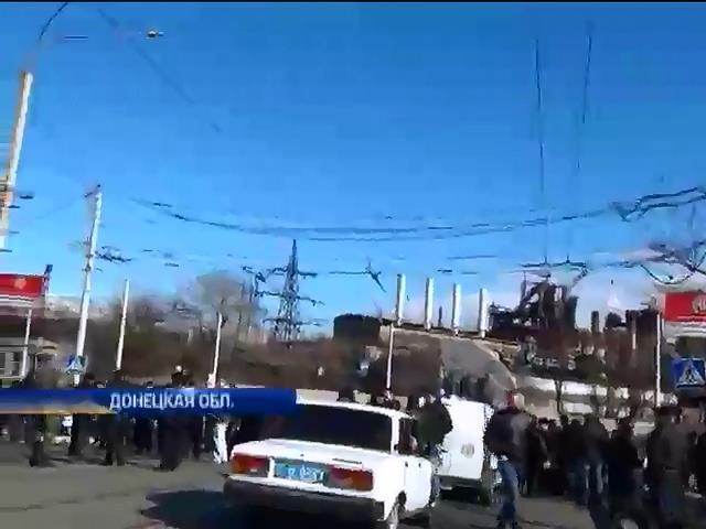 В Мариуполе пророссийские активисты перекрыли одну из дорог в городе (видео)