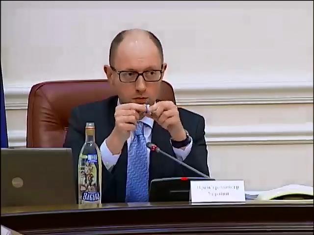 Яценюк показал, как чиновники зарабатывали на фальсификате (видео)