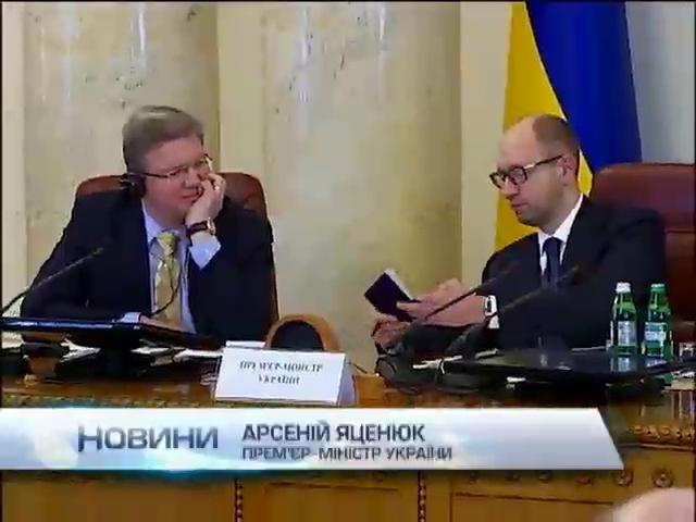 Под руководством Фюле Яценюк продемонстрировал биометрические паспорта для Украины (видео)