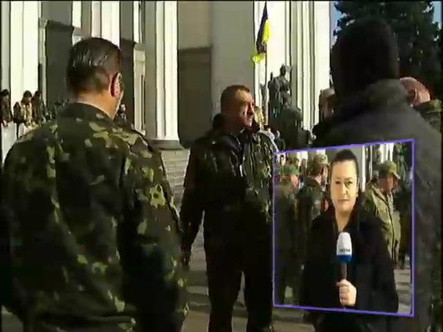 Под Радой собралась самооборона для охраны депутатов (видео)