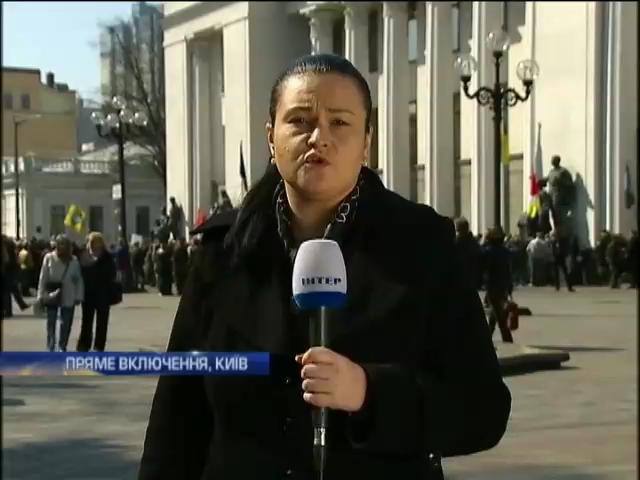 Под Радой сотни людей требовали отставки Авакова (видео)