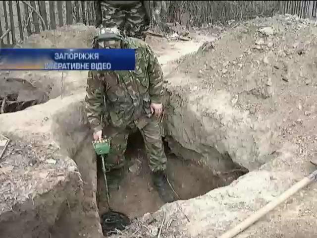 Во дворе жилого дома в Запорожье обнаружены останки троих советских солдат (видео)