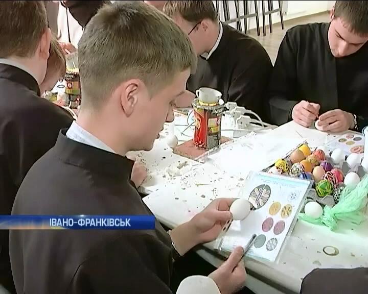 На Прикарпатье начались мастер-классы по росписи писанок (видео)