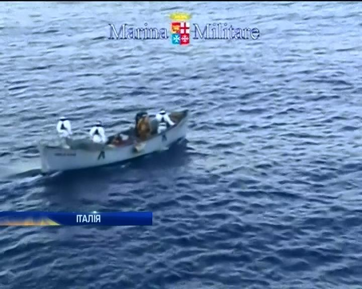 Итальянские пограничники задержали 700 нелегалов на одном судне (видео)